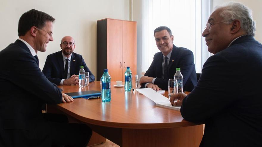 El presidente del Gobierno español, Pedro Sánchez, con los primeros ministros de Países Bajos, Mark Rutte; Bélgica, Charles Michel; y Portugal, António Costa.