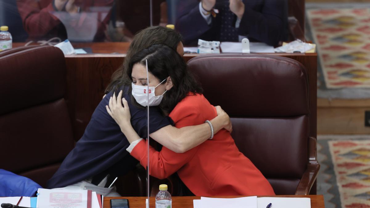 La presidenta de la Comunidad de Madrid en funciones, Isabel Díaz Ayuso, abraza a la nueva presidenta de la Asamblea, María Eugenia Carballedo.
