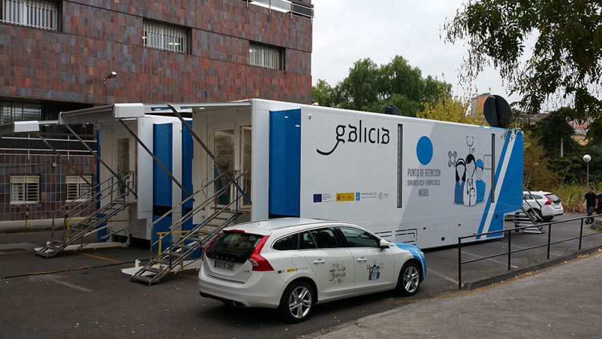 Los camiones, junto al hospital de Ourense