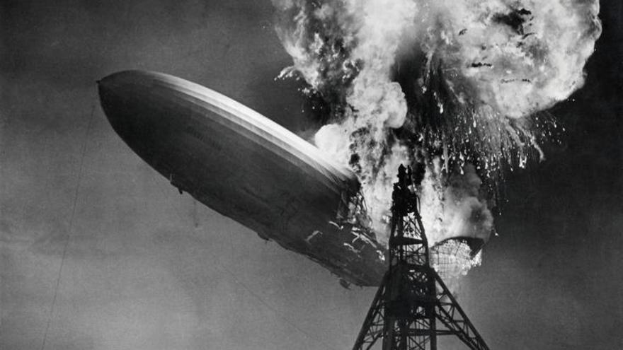 Imagen del desastre del dirigible Hindenburg (1937) que ilustró el primer disco de Led Zeppelin