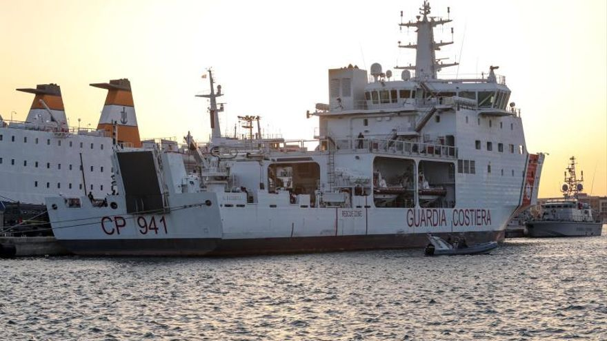 Desembarcan en Sicilia 67 inmigrantes tras ocho horas de espera en el puerto