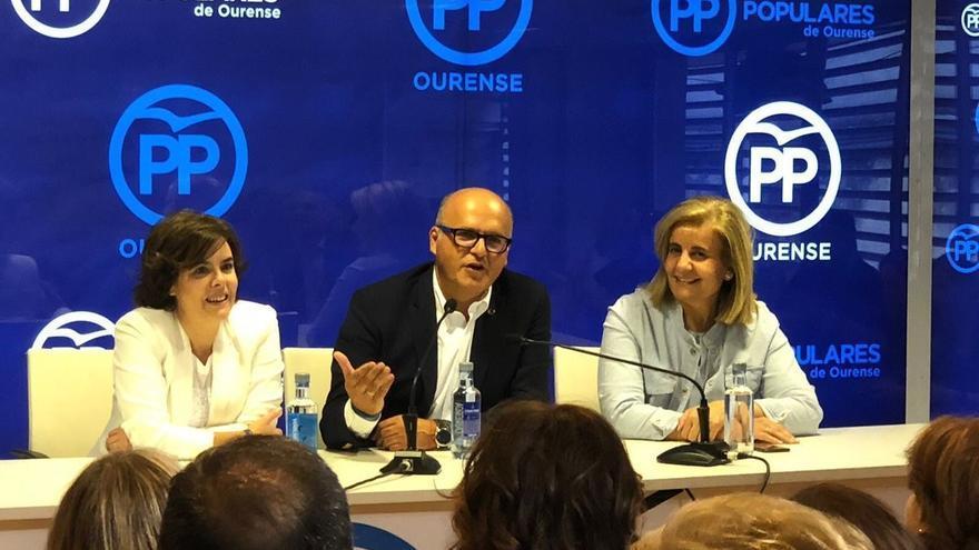 Sáenz de Santamaría, con Baltar y Báñez en la sede del PP de Ourense