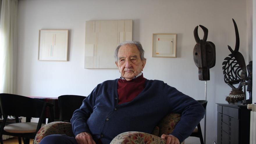 Nicolás Sánchez-Albornoz, en su casa de Madrid en la mañana de la exhumación de Franco.