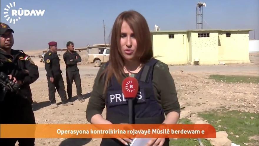 La periodista Shifa Gardi, durante uno de sus reportajes para la televisión kurda Rudaw