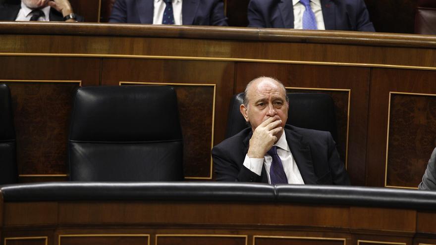 """Fernández Díaz justifica los cacheos a dos cargos de Podemos porque los policías del Congreso """"no conocen a la gente"""""""