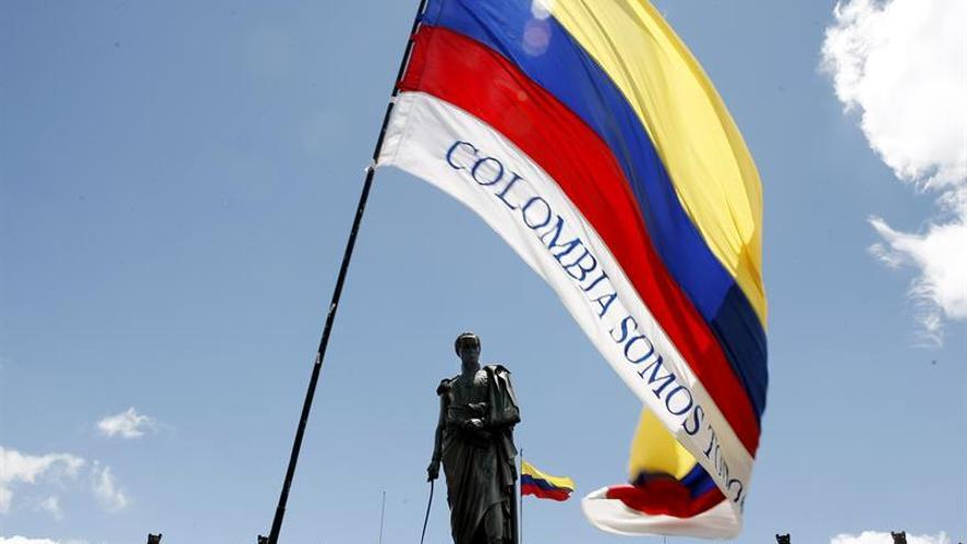 Colombianos llegan a la Plaza de Bolívar para presenciar la firma de la paz