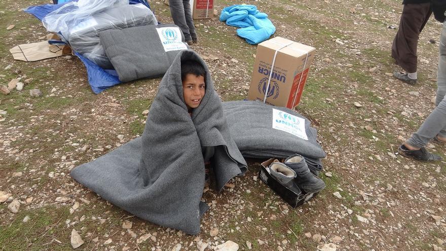 Niño recibe mantas de ACNUR en el norte de Irak. Foto: ACNUR