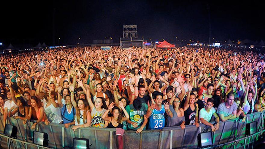 Aglomeración de espectadores en un festival de verano