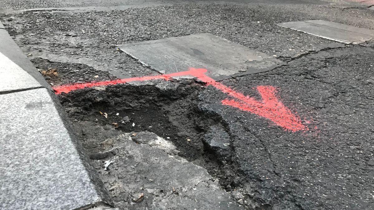 Muestra del mal estado del asfalto de la calle Hortaleza | SOMOS CHUECA