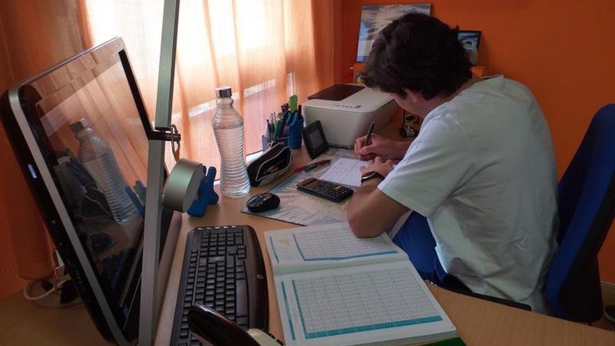 El estudiante Iván Azón estudia para sus exámenes de EvAU.