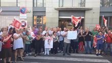 Manifestación a favor de Pedro Sánchez en la sede del PSPV-PSOE en Valencia.