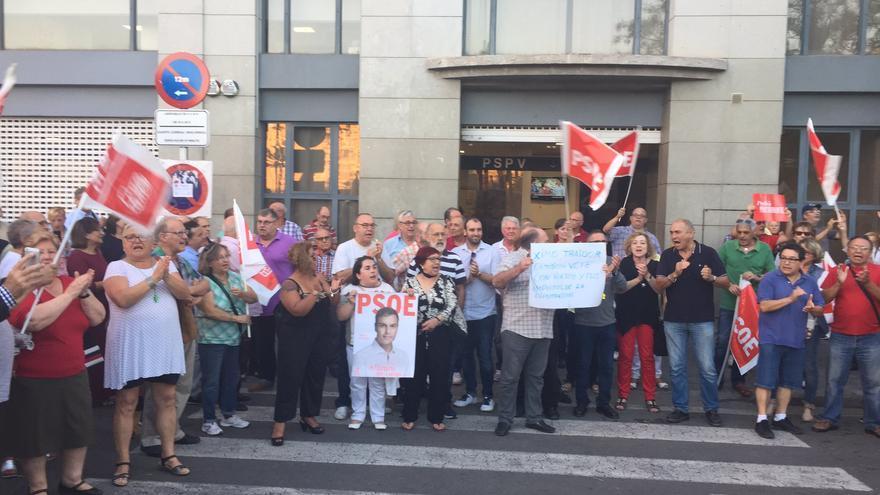 Varios de los militantes y simpatizantes del PSPV durante la protesta