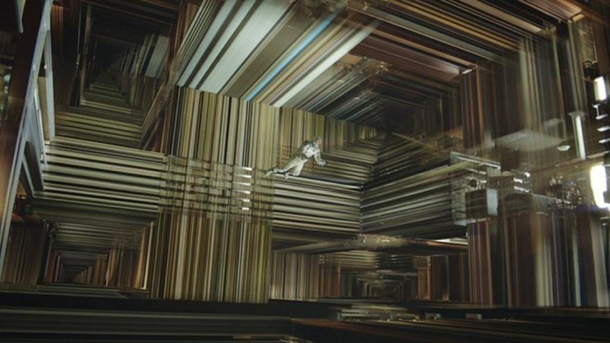 Alberto Garzón tratando de conectar dos mundos desde dentro de un agujero negro (En realidad, fotograma de la película Interstellar)