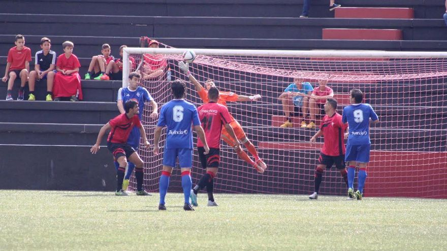 En la imagen, un momento del partido jugado este domingo en el Silvestre Carrillo. Foto: JOSÉ AYUT.