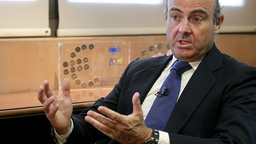 """El ministro de Economía y Competitividad, Luis de Guindos, durante la entrevista con Efe en la que ha asegurado que la tasa de paro quedará en 2013 por debajo del 27,1 % previsto en el programa de estabilidad remitido a Bruselas en abril, como consecuencia de las """"inercias positivas"""" observadas en el mercado laboral, y ha cifrado en al menos cinco décimas del PIB, equivalentes a unos 5.000 millones de euros, el ahorro en intereses de la deuda pública que la caída de la prima de riesgo generará respecto a lo inicialmente presupuestado para 2013. EFE/Chema Moya"""