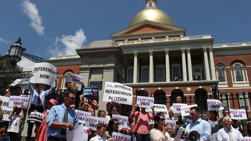 Activistas de 'Keep MA Safe' contra la legislación que protege a las personas trans, durante una manifestación en 2016 pidiendo el referéndum para derogar la ley en cuestión.