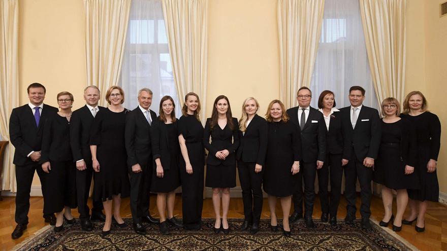 Nuevo Gobierno de Finlandia presidido, en el centro, por la primera ministra Sanna Marin