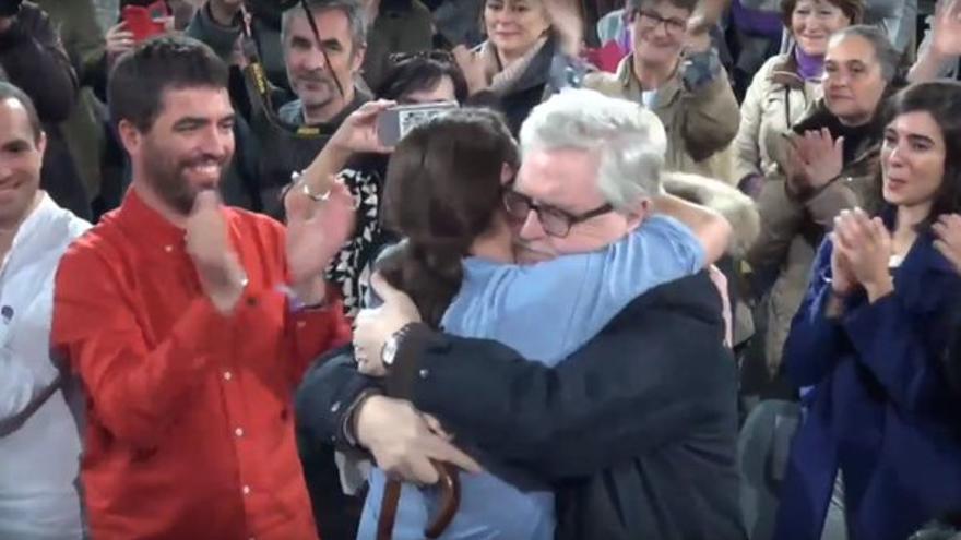 Abrazo de Pablo Iglesias y Manolo Monereo en el acto electoral para el 20D en la Caja Mágica.