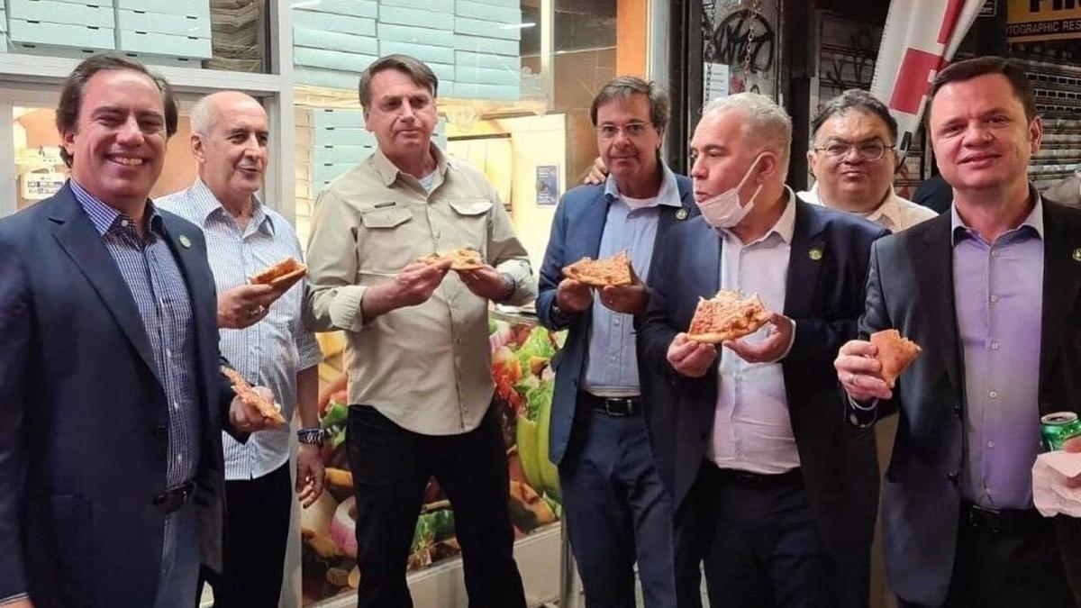 El presidente de Brasil, Jair Bolsonaro, comiendo pizza en Nueva York.