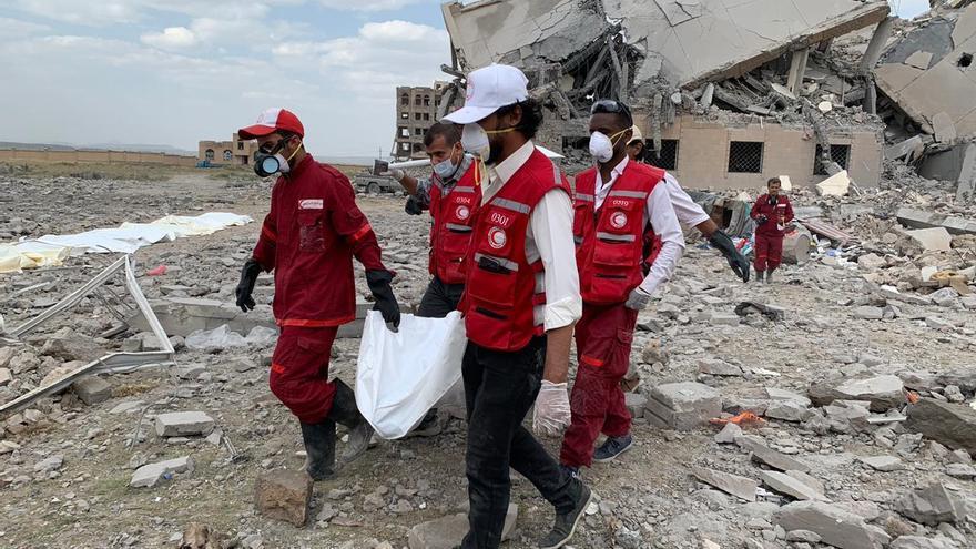 Efectivos de la Media Luna Roja intentar recuperar cadáveres del lugar atacado.