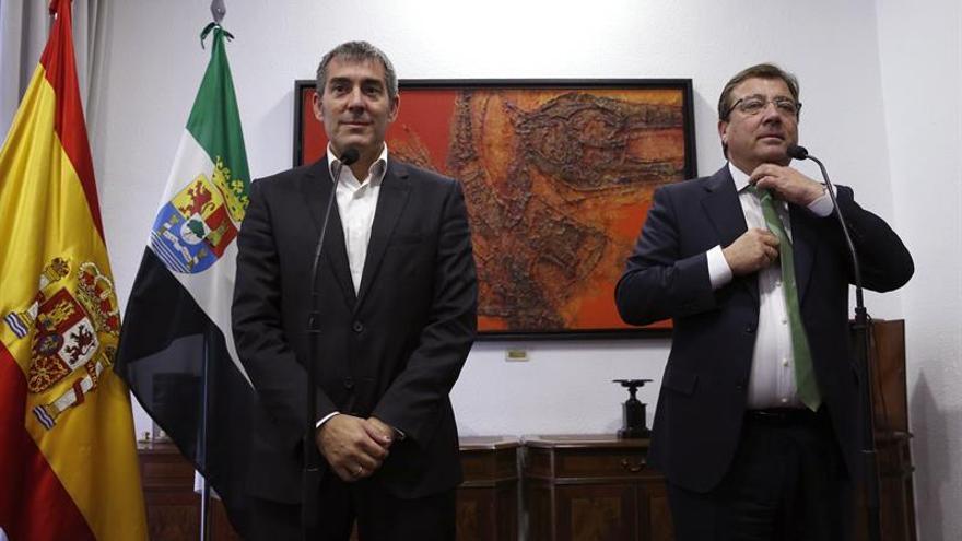 Los presidentes de Canarias, Fernando Clavijo, y Extremadura, Guillermo Fernández Vara. EFE/Zipi