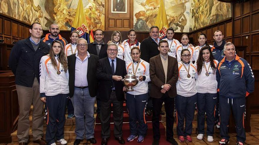 El presidente del Cabildo de Gran Canaria, José Miguel Bravo de Laguna, y el consejero de Deportes, Lucas Bravo de Laguna, recibieron hoy a las jugadoras y el equipo técnico del Rocasa. EFE/Ángel Medina G.
