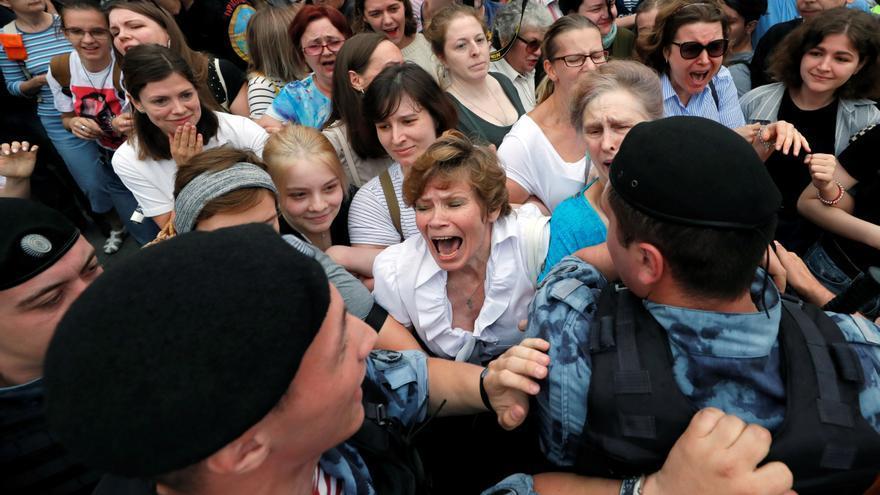 Agentes de la Guardia Nacional rusa detienen a varias participantes durante una manifestación en apoyo al periodista ruso Ivan Golunov en Moscú, Rusia.