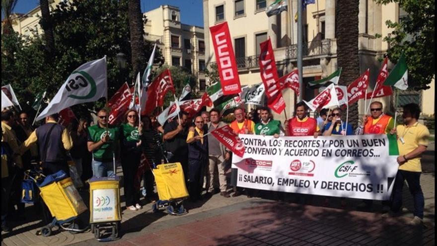 Protesta de los trabajadores de Correos frente a la Delegación de Gobierno en Badajoz / Twitter @juhiguera