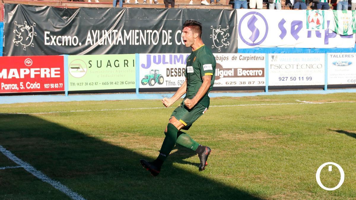 Willy Ledesma celebra un gol en Coria