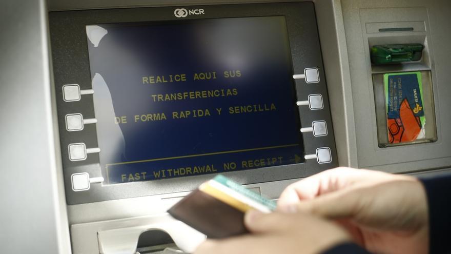 La CNMC investiga si las prácticas de los bancos en los cajeros son legales