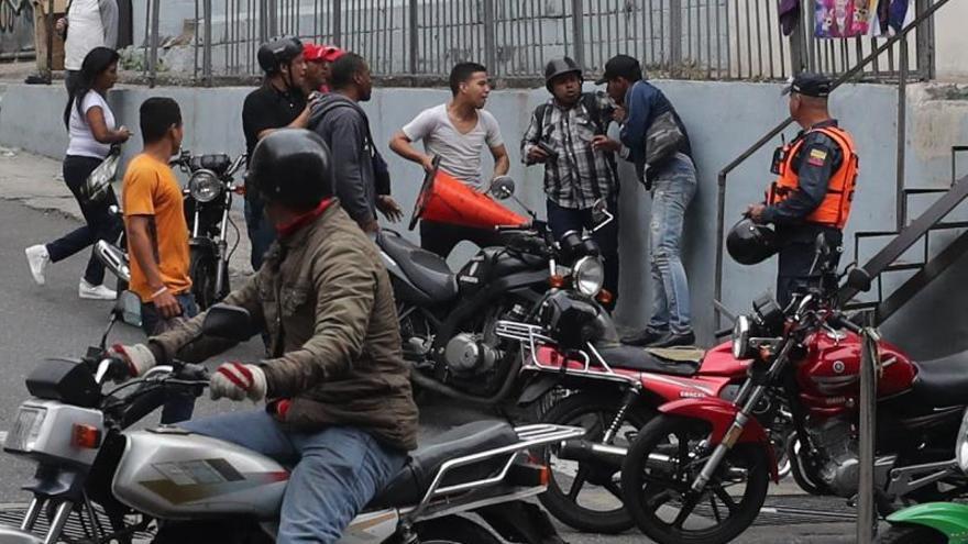 Agreden a periodistas que cubrían el trayecto de la comisión de diputados venezolanos