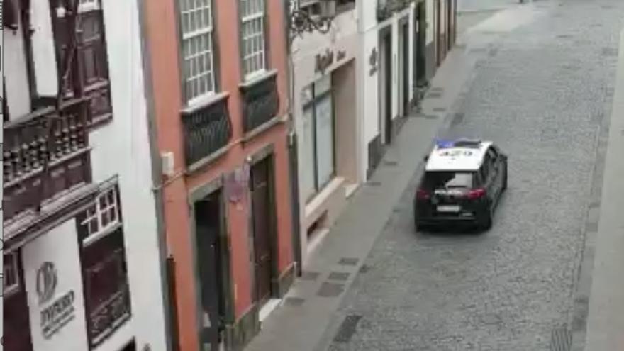 Coche de la Policía Nacional patrullando este domingo las calles de Santa Cruz de La Palma.