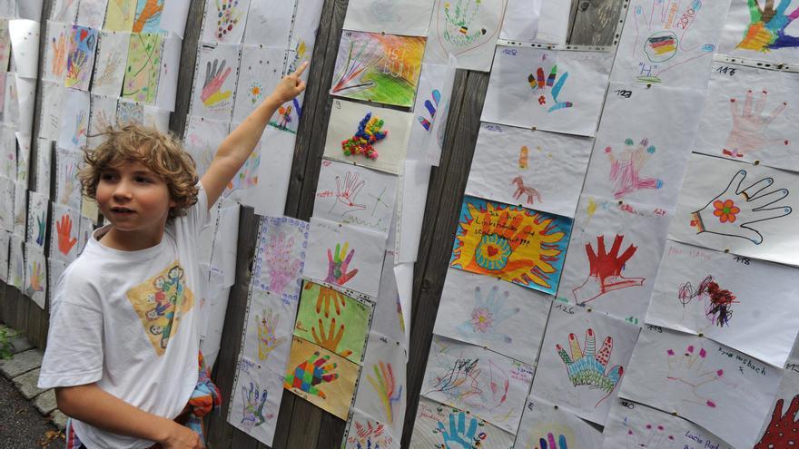 Un niño señala los dibujos de manos izquierdas dentro del marco del 35 Día Internacional de los Zurdos en Múnich.