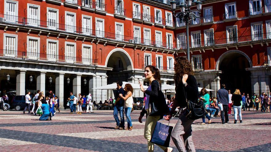 Dos chicas pasean por la Plaza Mayor de Madrid. Viajar Ahora
