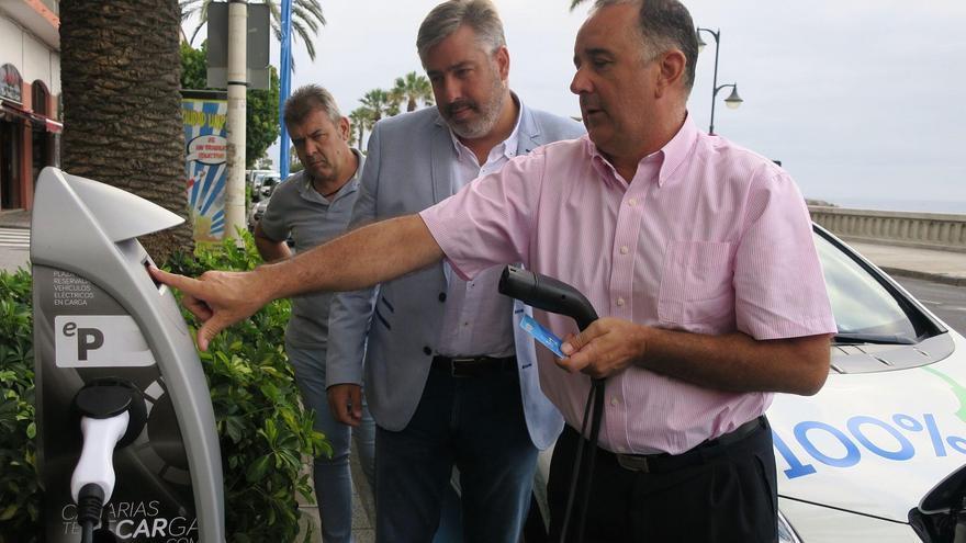 El consejero d Nuevas Tecnologías del Cabildo de La Palma, Jorge González (C), acompañado por el director de Canariasterecarga, Carlos González, ha explicado que los usuarios de vehículos eléctricos podrán hacer uso de estos puntos de recarga de forma gratuita durante dos años.