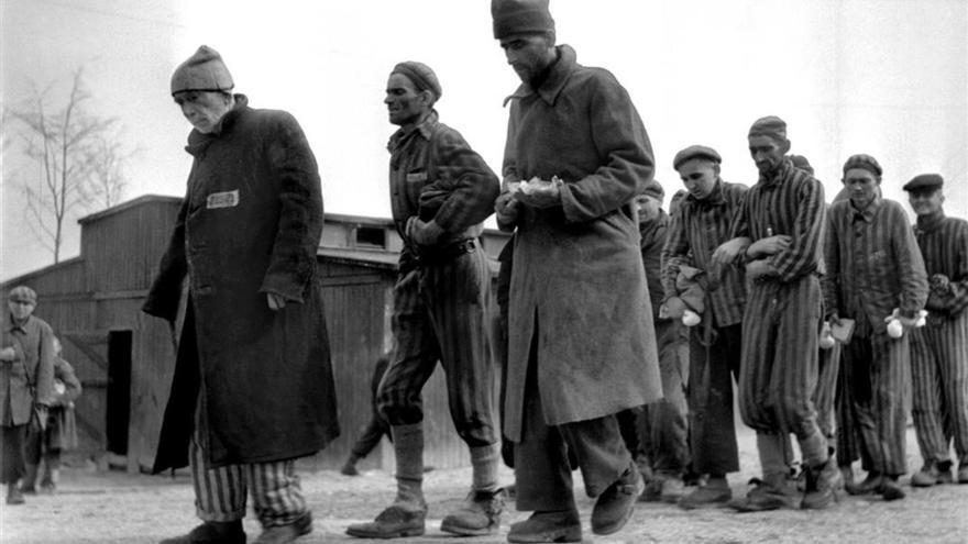 Imágenes del campo de Buchenwald después de su liberación que muestra a los presos marchando en fila de a dos mientras, a duras penas, se sostienen los unos a los otros (Eric Schwab, Biblioteca Nacional de Francia).