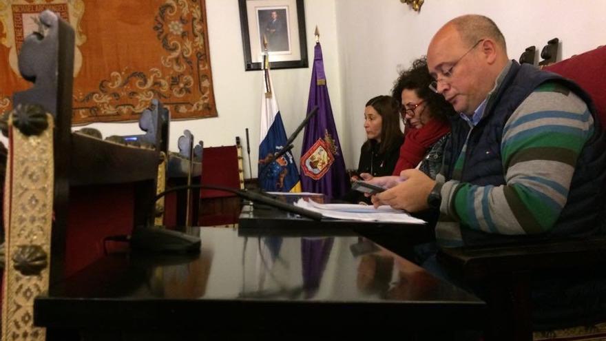 Zebenzuí González usando su teléfono móvil en el pleno del Ayuntamiento de La Laguna