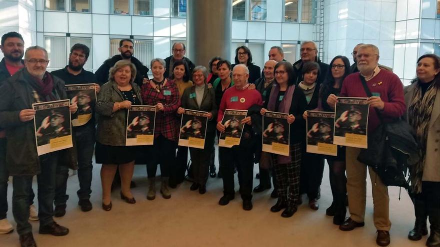 Eurodiputados, víctimas del franquismo, historiadores y expertos, en Bruselas (Bélgica).