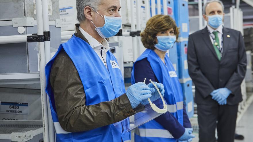 Urkullu y Murga, con mascarilla y otras protecciones, en una visita a la empresa Maier, este lunes