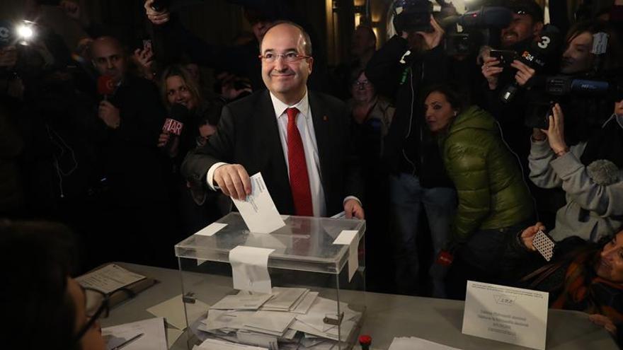 El candidato del PSC, Miquel Iceta, vota en su centro electoral en Universitat (Barcelona).
