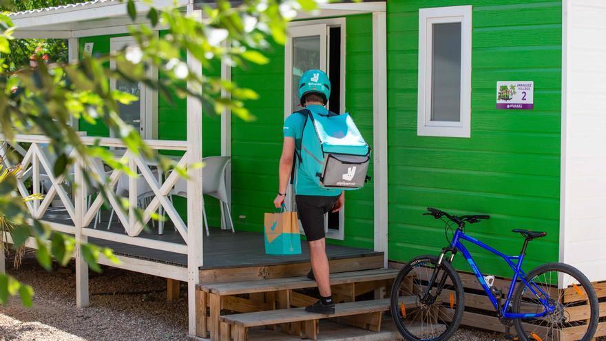 Archivo - Deliveroo amplía su servicio de entrega a los campings en España