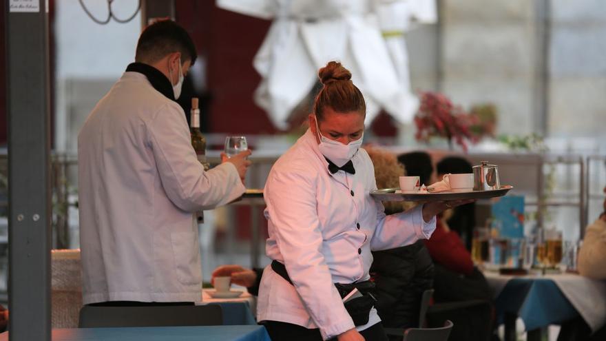Dos camareros en un restaurante