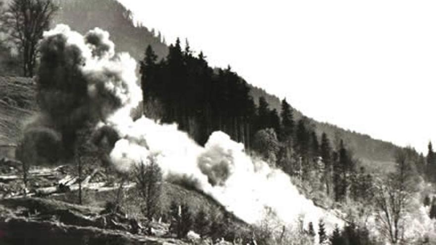 Momento de la demolición mediante explosivos de la residencia de Hitler, 30 de abril de 1952. Desde entonces, sus ruinas han estado abandonadas.