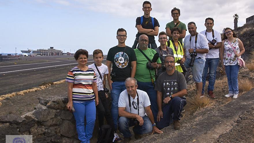 Grupo de spotters que fotografiaron el avión. Foto: JOSE F. AROZENA.