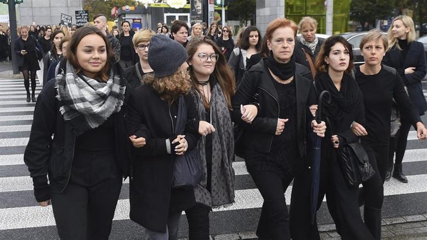 Miles de mujeres protestan en Polonia contra posible prohibición del aborto