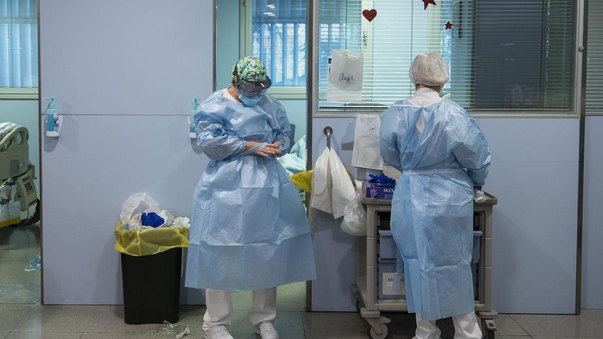 Personal sanitario de una Unidad de Cuidados Intensivos (UCI) para enfermos de coronavirus