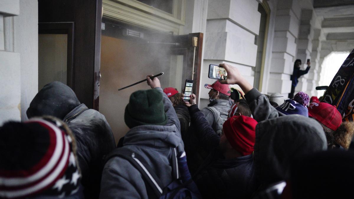 Seguidores de Donald Trump irrumpen durante unas protestas en el Capitolio de los Estados Unidos, el 6 de enero de 2021, en Washington.