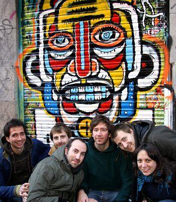 Miembros de Confusion Group ante el cierre que pintaron en Espacio Menos Uno