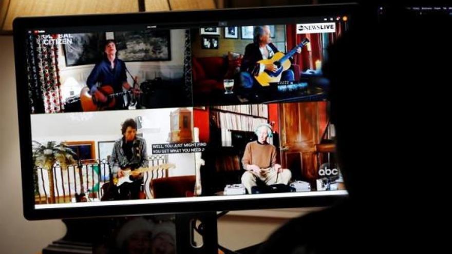 Rolling Stones durante un momento de su actuación desde sus hogares.