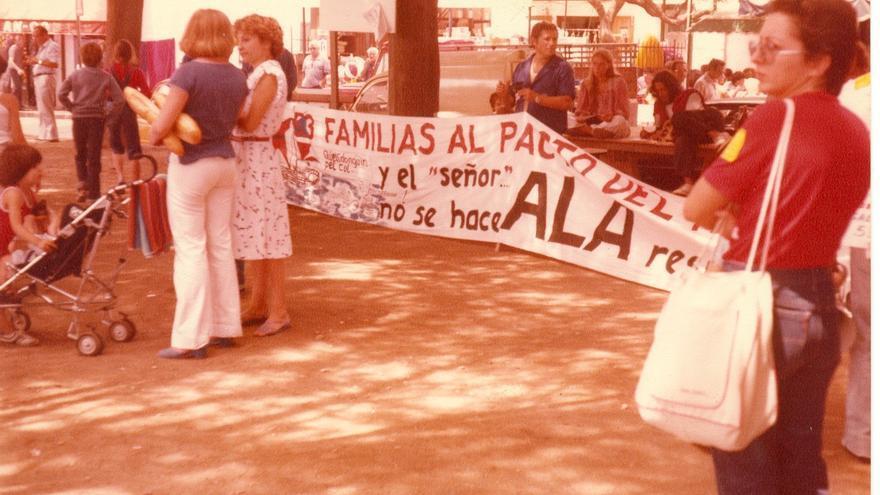 Miembros de la cooperativa Mol Matric, en 1980 en una manifestación en la casa del antiguo dueño.